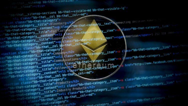 """Illustration de la cryptomonnaie Ether, qui, associéeà la""""blockchain"""" Ethereum, permet de réaliser des transactions, notamment celles des """"NFT"""". (JAAP ARRIENS / NURPHOTO)"""