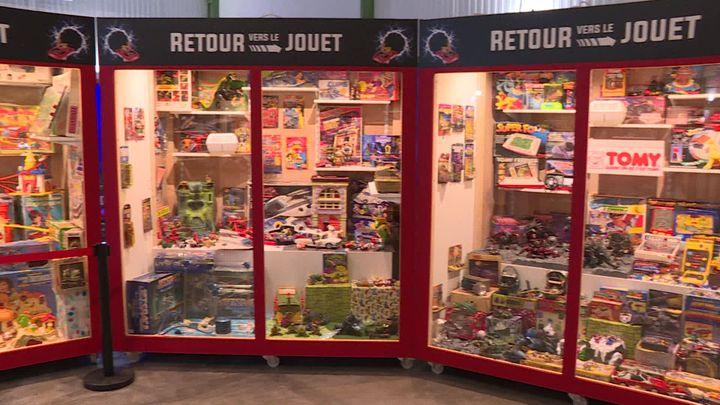 Vitrines du musée des jouets des années 80 (DERMERSEDIAN Valerie / France Télévisions)