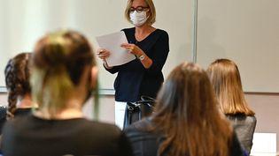 Une professeure en classe dans un lycée de Rennes (Ille-et-Vilaine), le 1er septembre 2020. (DAMIEN MEYER / AFP)
