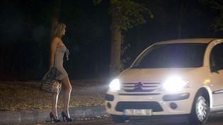 Une prostituée attend un client au Bois de Boulogne, à Paris. (BERTRAND LANGLOIS / AFP)