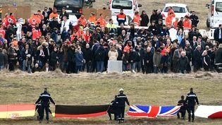 Les familles de victimes du crash de l'A320 de la Germanwings se recueillent, le 26 mars 2015, au Vernet (Alpes-de-Haute-Provence). (PASCAL GUYOT / AFP)