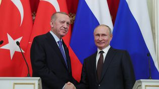 Le président turc, Recep Tayyip Erdogan, et son homologue russe Vladimir Poutine, le 5 mars 2020 lors d'une conférence de presse à Moscou. (MUSTAFA KAMACI / ANADOLU AGENCY / AFP)