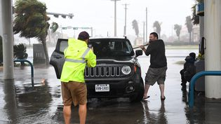Deux hommes se préparent à l'arrivée de l'ouragan Harvey à Corpus Christi, au Texas, le 25 août 2017. (MARK RALSTON / AFP)