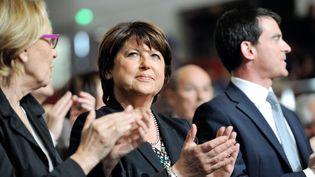 Martine Aubry et Manuel Valls applaudissent lors d'un meeting pour les élections européennes, le 15 mai 2014 à Lille. (PHILIPPE HUGUEN / AFP)