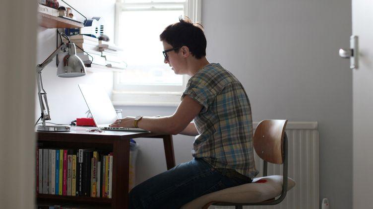 Aurélie Filippetti envisageait que les foyers qui peuvent regarder la télévision sur leur ordinateur et qui ne possèdent pas de téléviseur, puissent aussi être assujettis à la redevance audiovisuelle. (FLICKR SELECT / GETTY IMAGES)