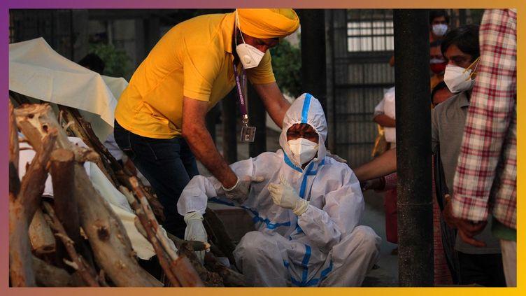 Deux hommes masqués, à New Delhi. (MAYANK MAKHIJA / NURPHOTO / NURPHOTO VIA AFP)