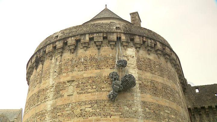 Oeuvre de Vincent Mauger sur les remparts du château de Fougères (France 3 Grand Ouest)