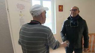 À Lille (Nord), d'anciens SDF viennent en aide à d'autres sans domicile fixe. Ils les accompagnent pour trouver un logement. (France 2)