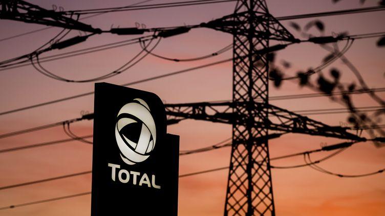 Le logo du géant de l énergie Français Total a cote de pylônes électriques. Photo d'illustration. (VINCENT ISORE / MAXPPP)
