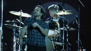 Eddie Vedder, du groupe Pearl Jam, durant un concert à New York (Etats-Unis), le 26 septembre 2015. (KENA BETANCUR / AFP)