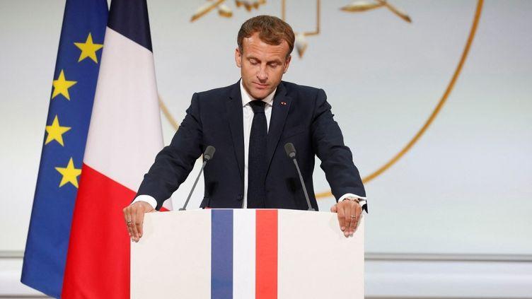Emmanuel Macron s'adresse aux harkis depuis l'Elysée, le 20 septembre 2021. (GONZALO FUENTES / POOL / AFP)