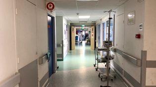 Dans le service de réanimation de l'hôpital de Mulhouse dans le Haut-Rhin qui accueille une quarantaine de patients atteints du Covid-19, le 6 mai 2020. (MATTHIEU MONDOLONI / FRANCEINFO)