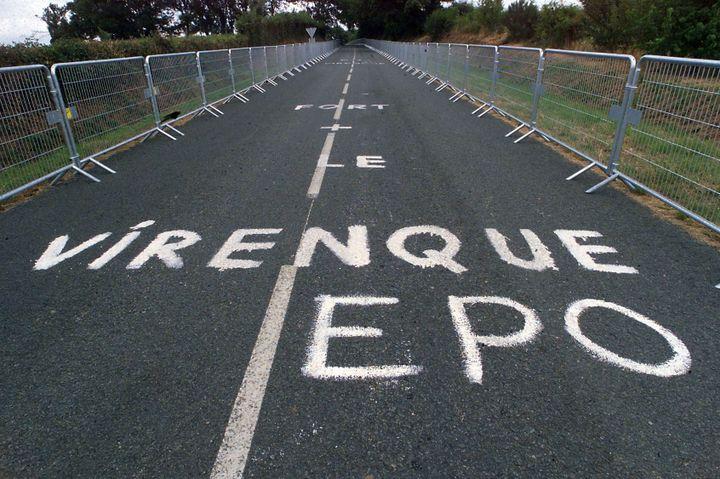 """Une inscription """"Virenque EPO"""" peinte sur le parcours du prologue du Tour de France, avant le départ du Tour de France, le 3 juillet 1999 au Puy-du-Fou (Vendée). (PASCAL PAVANI / AFP)"""