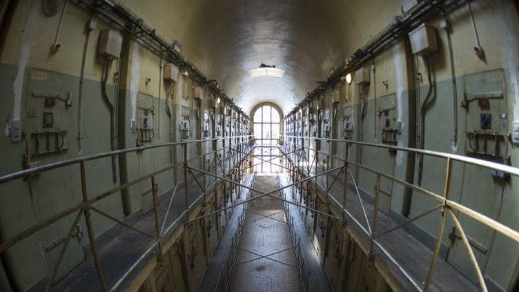 Les coursives de la prison de la Santé vidée de ses détenus depuis juillet dernier.  (Martin Bureau / AFP)