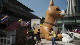"""Des statues exposées à Bangkok, en Thaïlande, en décembre 2015, pour la promotiondu dessin animé """"Khun Tongdaeng"""" sur la chienne préférée du roithaïlandais. (NICOLAS ASFOURI / AFP)"""