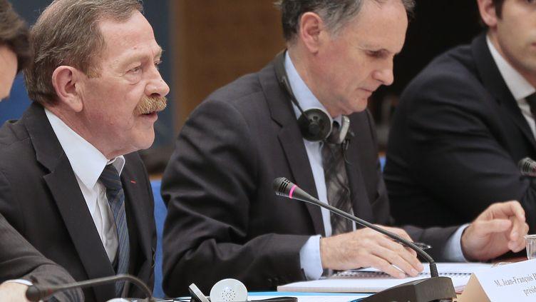 Le président dela commission d'enquête du Sénat sur l'efficacité de lutte contre le dopage, Jean-Francois Humbert (UMP), et Jean-Jacques Lozach (PS), le rapporteur, le 25 avril 2013 au Sénat. (JACQUES DEMARTHON / AFP)