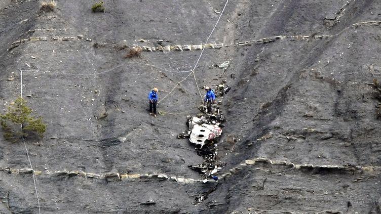 Des secours sur le site du crashde l'Airbus A320 de la compagnie allemande Germanwings, le 30 mars 2015 àSeyne-les-Alpes (Alpes-de-Haute-Provence). (CLAUDE PARIS / AFP)