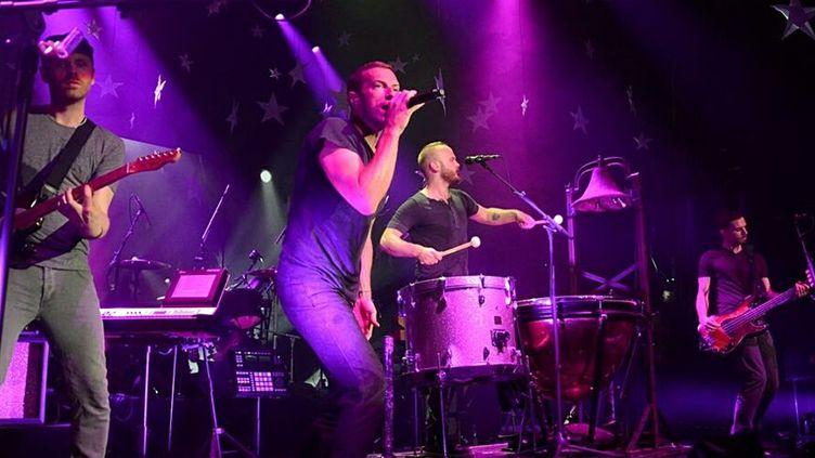 """Jonny Buckland (guitare), le chanteur Chris Martin, Will Champion (batterie) et Guy Berryman (basse) enflament le Casino de Paris avec """"Viva la Vida""""...  (Compte Twitter Coldplay)"""
