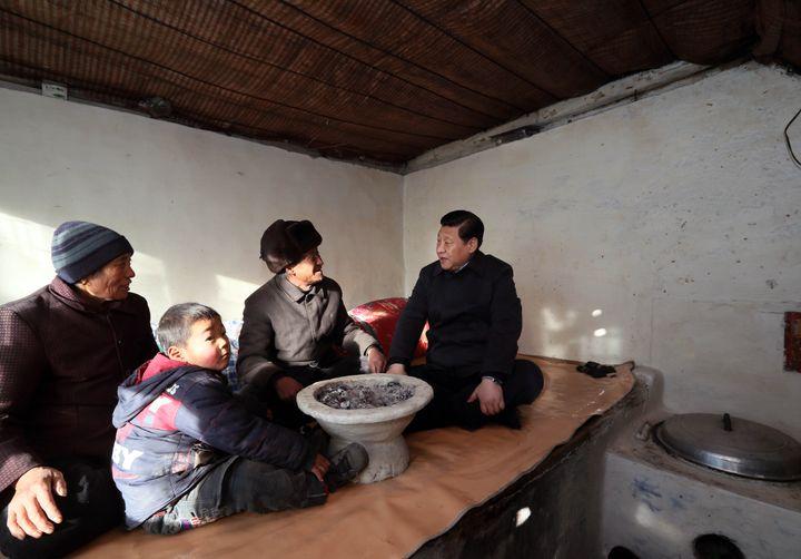 Xi Jinping rend visite à des villageois du Hebei, le 30 décembre 2012 à Luotuowan (Chine). (LAN HONGGUANG / XINHUA / AFP)