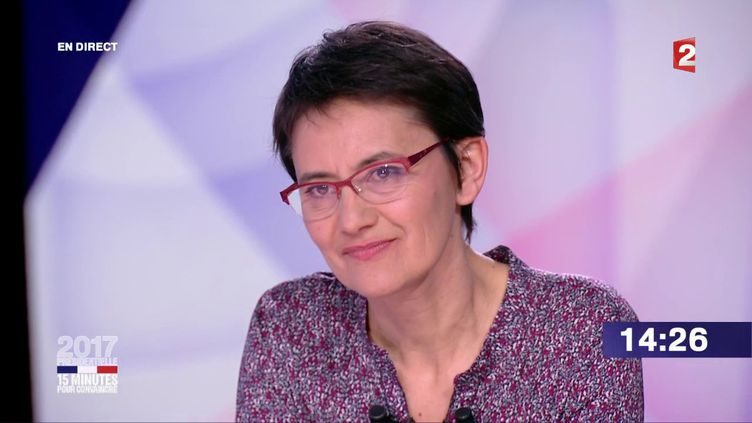 """La candidate de Lutte ouvrière Nathalie Arthaud sur le plateau de l'émission """"15 minutes pour convaincre"""" sur France 2, le 20 avril 2017. (FRANCE 2)"""