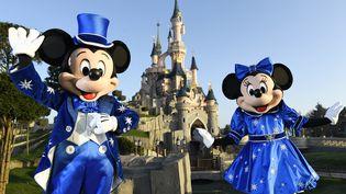 Les personnages de Mickey et Mini à DisneylandParis, le 16 mars 2017. (BERTRAND GUAY / AFP)