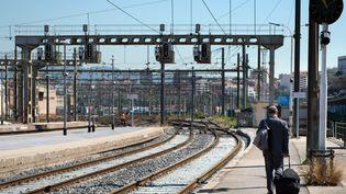 Un voyageur sur un quai de la gare Saint-Charles de Marseille (Bouches-du-Rhône), le 19 juin 2014. (BERTRAND LANGLOIS / AFP)