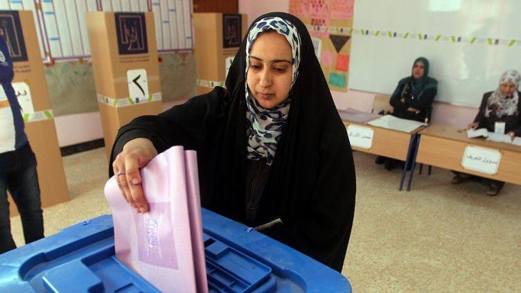Dans un bureau de vote à Bagdad, en Irak,le 20 avril 2013. (AHMAD AL-RUBAYE / AFP)