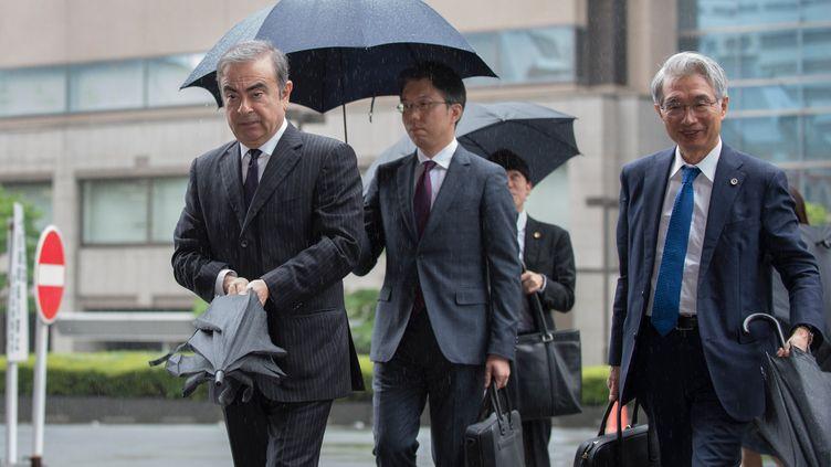 Carlos Ghosn et son avocatJunichiro Hironaka, le 24 juin 2019 à Tokyo. (KAZUHIRO NOGI / AFP)