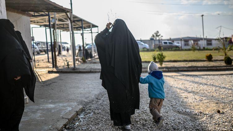 Une femme française et son enfant ayant fui le dernier bastion de l'organisation jihadiste Etat islamique en Syrie, le 17 février 2019 dans le camp d'al-Hol (Syrie). (BULENT KILIC / AFP)
