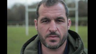 L'association Colosse aux Pieds d'Argile a été fondée par un ancien rugbyman violé durant sa jeunesse. Il n'a plus peur de parler et veut encourager les autres victimes à le faire. (FRANCE 2)
