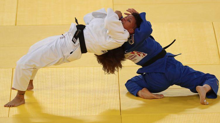 Le combat entre la Française AmandineBuchard et la Japonaise Ai Shishime, aux Masters de Doha, le 11 janvier 2021. (KARIM JAAFAR / AFP)