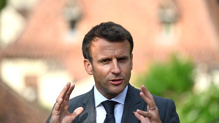 Emmanuel Macron, lors d'un déplacement àSaint-Cirq-Lapopie (Lot), le 2 juin 2021. (LIONEL BONAVENTURE / AFP)