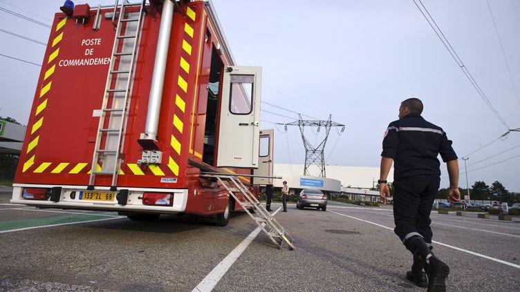Un pompier se dirige vers son camion près de la centrale de Fessenheim (Haut-Rhin), après l'incident ayant blessé légèrement deux personnes, mercredi 5 septembre 2012. (SEBASTIEN BOZON / AFP)