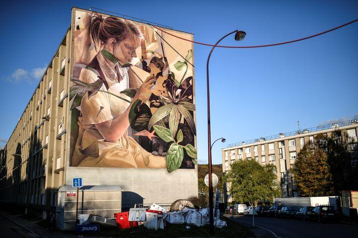 A Versailles, le street-art s'est infiltré partout, jusqu'à cette pièce monumentale sur une façade. (STEPHANE DE SAKUTIN / AFP)