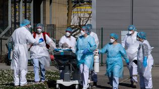 Un malade du coronavirus devant être hélitreuillé, à l'hôpitalEmile-Muller, à Mulhouse (Haut-Rhin),le 22 mars 2020. (PATRICK HERTZOG / AFP)