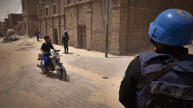 Des soldats des Nations unies patrouillent sur les routes de Tombouctou, au Mali, le 31 mars 2021. (MICHELE CATTANI / AFP)