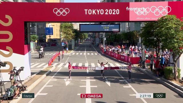 La Kényane termine l'épreuve en 2'27''20 et devance sa compatriote Brigid Kosgei de 16 secondes. L'Américaine Molly Seidel créée la surprise en terminant troisième. Susan Jeptooo finit 38e à 9'09 de la championne olympique.