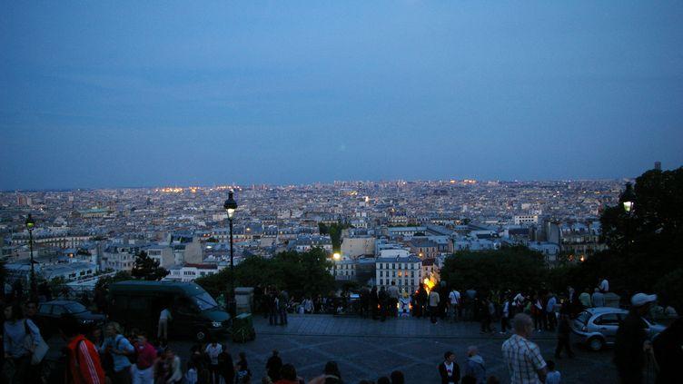 Vue sur Paris depuis Montmartre, de nuit (illustration). (NATHANAEL CHARBONNIER / RADIO FRANCE)