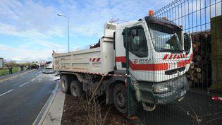 Le poids-lourd impliqué dans l'accident mortel d'un car scolaire à Rochefort (Charente-Maritime), le 11 février 2016. (XAVIER LEOTY / AFP)