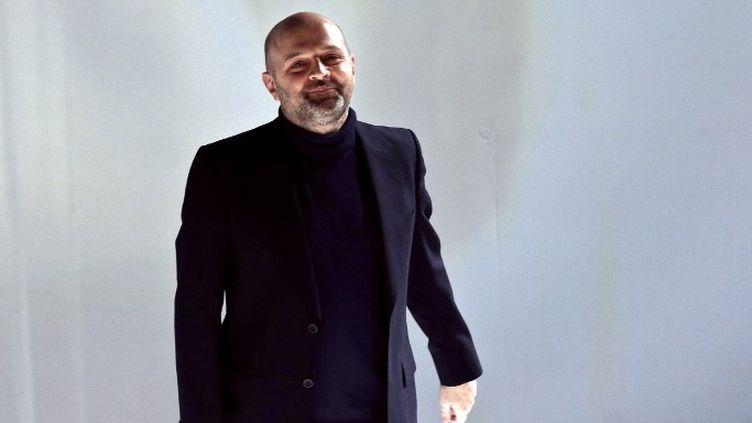 Hussein Chalayan, en mars 2013 à Paris, lors de la présentation de son prêt-à-porter automne-hiver 2013-2014.  (FRANCOIS GUILLOT / AFP)