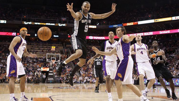 Le Français Tony Parker lors d'un match des San Antonio Spurs contre les Phoenix Suns, le 13 avril, à Phoenix (Arizona). (CHRISTIAN PERTERSEN/AFP)