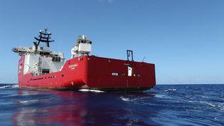 """Le navire australien """"Ocean Shield"""" a capté des signaux """"compatibles"""" avec ceux des boîtes noires du vol MH370 de Malaysia Airlines, disparu début mars, annonce lundi 7 avril 2014 le responsable des recherches. (LSIS BRADLEY DARVILL / AUSTRALIAN DEFENCE / AFP)"""