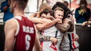 L'équipe de France masculine de basket 3x3 après sa victoire face au Qatar, le 28 mai 2021 à Graz (Autriche). (FFBB)