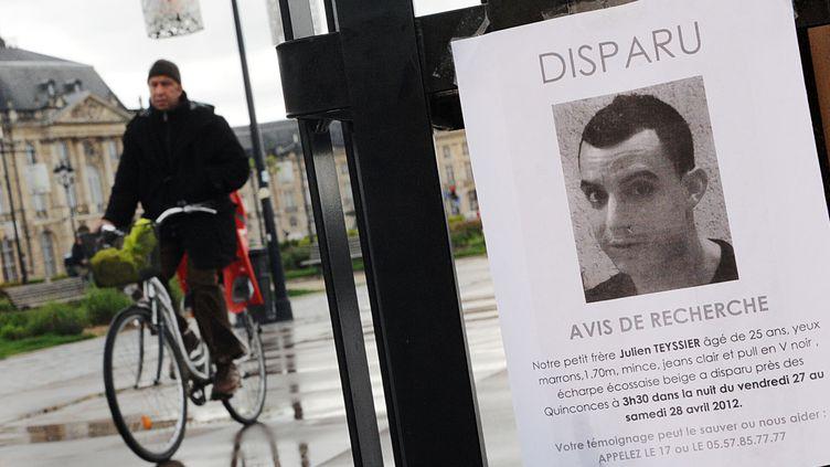 Un avis de recherche est accroché aux grilles le long de la Garonne, le 30 avril 2012 à Bordeaux (Gironde), pour tenter de retrouver Julien Teyssier, un jeune homme disparu après une soirée dans le centre. (PIERRE ANDRIEU / AFP)