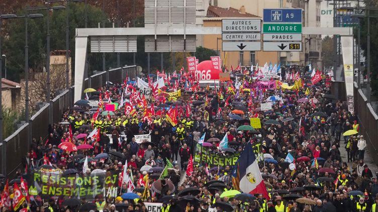 Des personnes manifestent contre la réforme des retraites, le 5 décembre 2019 à Perpignan (Pyrénées-Orientales). (RAYMOND ROIG / AFP)