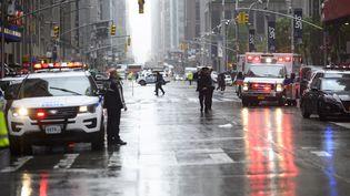 Des policiers et des pompiers à Manhattan, un quartier de New York, après le crash d'un hélicoptère sur un immeuble, le 10 juin 2019. (JOHANNES EISELE / AFP)