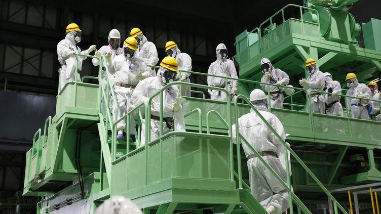 Des employés de Tepco s'activent dans la centrale nucléaire de Fukushima (Japon) dévastée par le tsunami, le 30 octobre 2013. (REUTERS)
