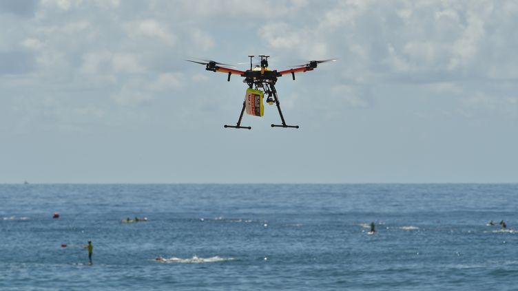 Un drone surveille la plage deBilgola , au nord de Sydney (Australie), le 10 décembre 2018 (PETER PARKS / AFP)