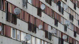 Un immeuble de la cité du Chêne-Pointu, à Clichy-sous-Bois (Seine-Saint-Denis), en novembre 2017. (LUDOVIC MARIN / AFP)