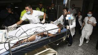 Le footballeur brésilien Alan Ruschel,victime du crash d'un avion, transporté à l'hôpital le 29 novembre 2016 à La Ceja (Colombie). (LUIS EDUARDO NORIEGA A./SIPA / EFE)